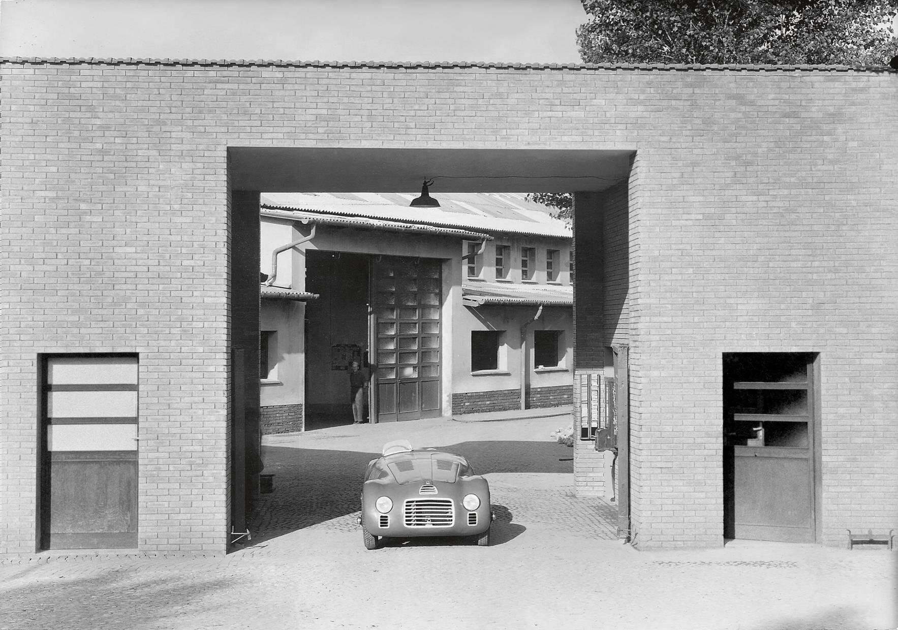 Ferrari 125S saindo da fábrica da Ferrari em 12 de março de 1947. Foto: Divulgação