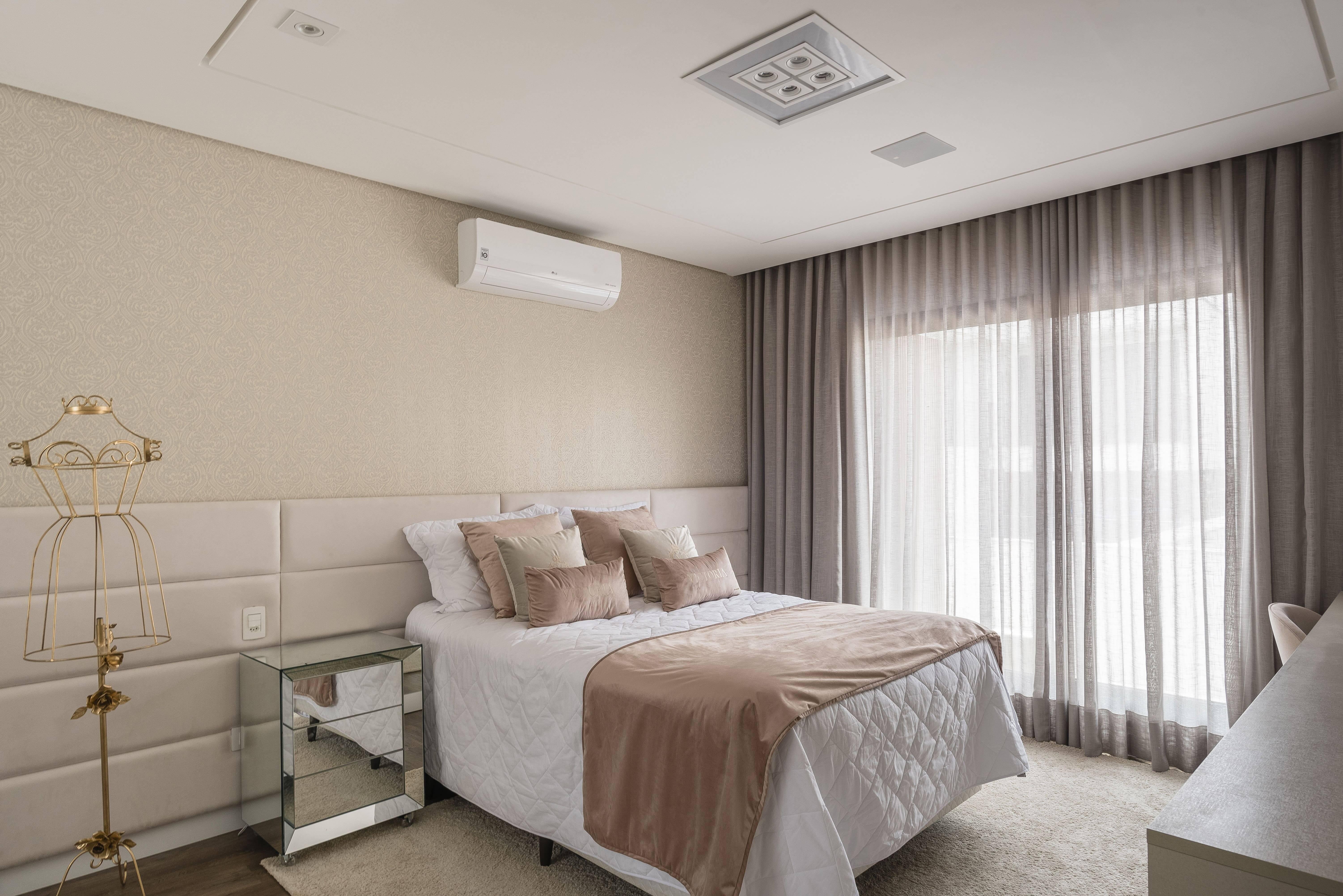 A cabeceira aveludada complementa a cama box e intensifica os ares românticos do décor. Foto: Henrique Ribeiro