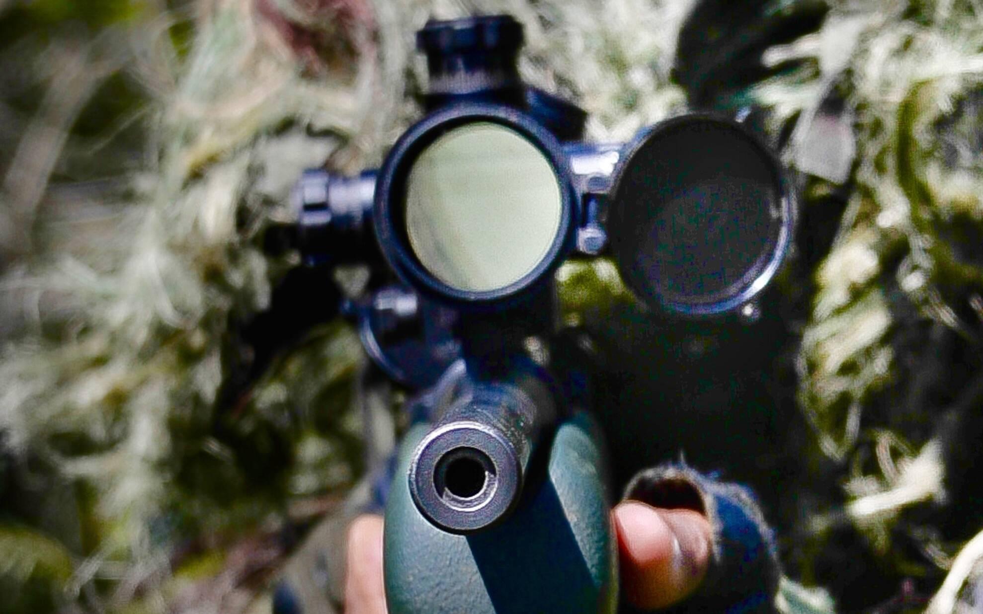 Atirador de elite do COE usando camuflagem de selva para não revelar sua posição. Esses PMs são habilitados a executar tiros de extrema precisão a distâncias superiores a meio quilometro. Foto: Major PM Luis Augusto Pacheco Ambar