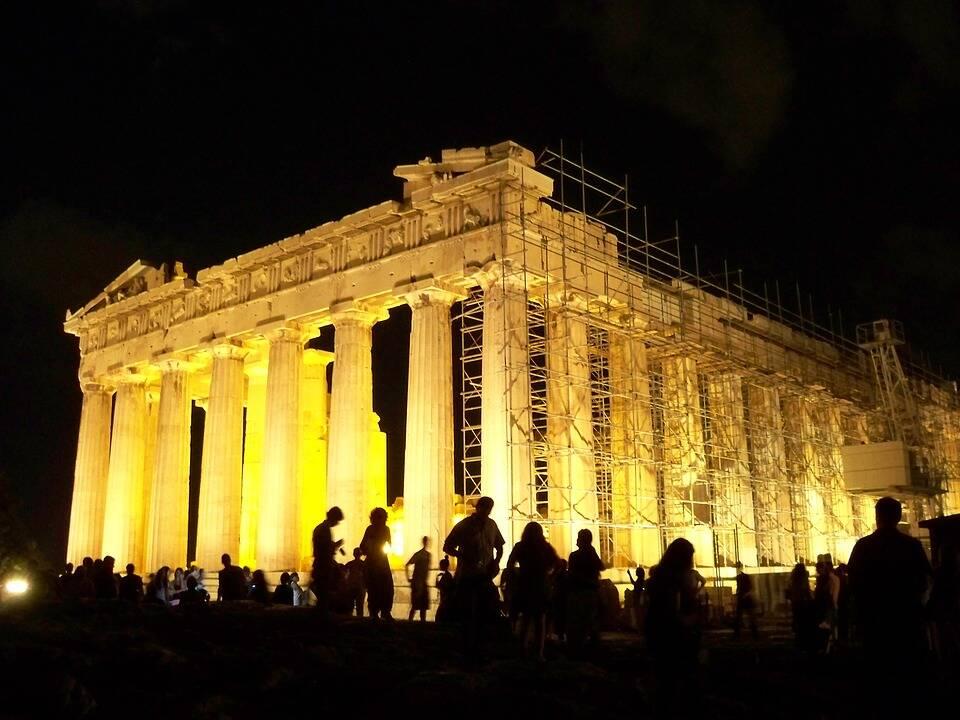 Partenon iluminado durante a noite. Foto: Pixabay