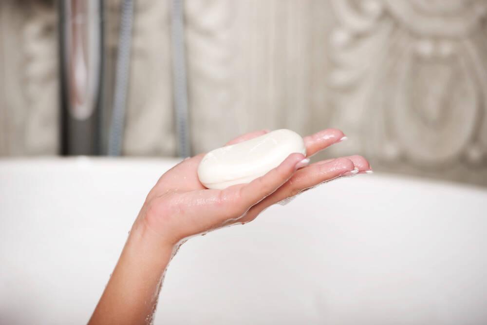 E também não precisa ser um super sabonete íntimo, basta algum hipoalergênicos ou neutro  . Foto: shutterstock