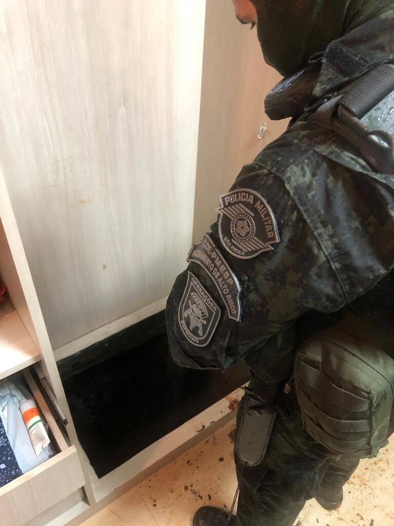 Operador do COE examina a entrada do túnel de fuga, dentro de um armário. Foto: Divulgação/COE-PMSP