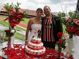 Juliana e Fernando e o bolo de casamento: noivos fanáticos pelo tricolor