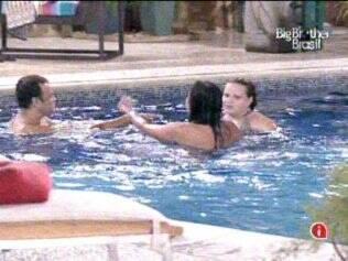 Paula, Maria e Daniel se divertem na piscina