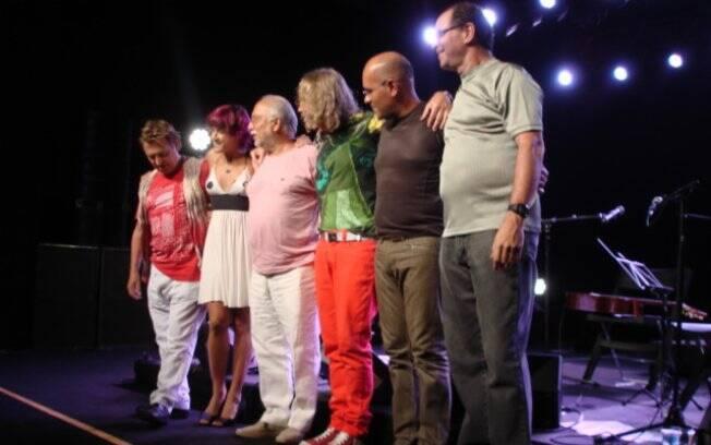 Artistas agradecem ao público após a apresentação