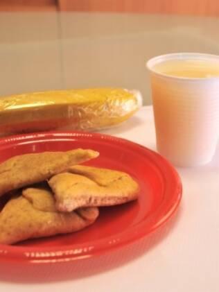 Sugestão de lancheira da nutricionista Denise Vilella: esfiha de ricota e espinafre e suco de fruta à base de soja. Frutas devem seguir embaladas em plástico filme