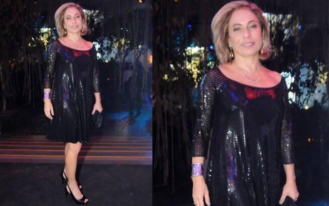 Cissa Guimarães, que a dona de um SPA, escolheu o vestido-camiseta em paetê preto