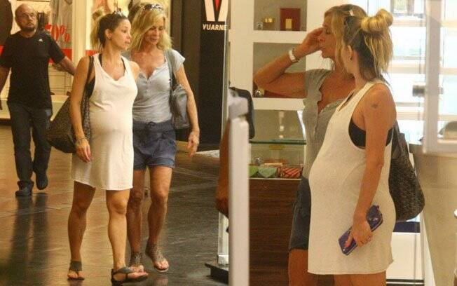 Danielle Winits olha as vitrinis com a mãe, Nadja