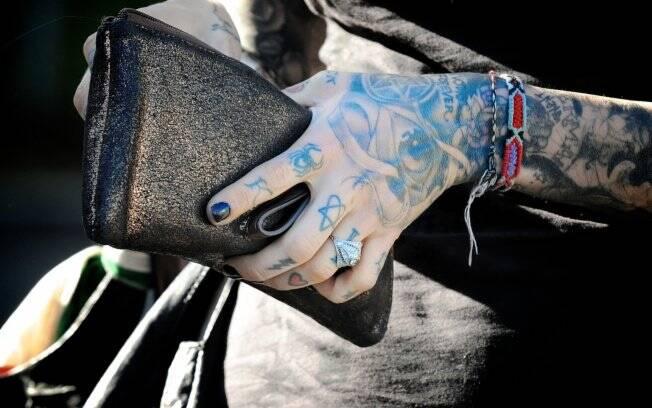 O anel se perde em meio às tatuagens de Kat Von D.