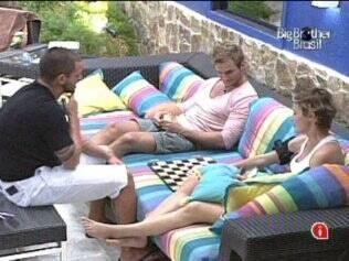 Trio joga dominó, e Diana é quem mais vence as partidas