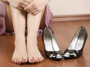 Salto alto pode causar dor nos pés e favorecer o surgimento de joanetes