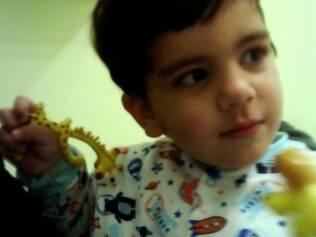 Enzo, de dois anos e meio, estranha o ambiente e o profissional