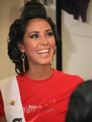 Miss Ceará aguarda para dar um toque final no cabelo