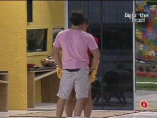Depois de passarem o dia separados, Tata e Rodrigo se abraçaram