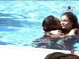 Sem falar nada, Maria abraçou Jaque na piscina