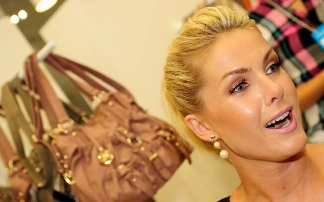 Ana Hickmann lança sétima coleção de bolsas