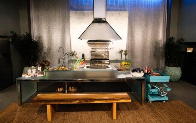 Seria ideal que a Cozinha do Futuro tivesse um ótimo sistema exaustão,já que tem bancadas e paredes revestida com vidro jateado, o que dificulta a limpeza