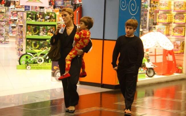 Carolina Dieckmann com os filhos José e Davi