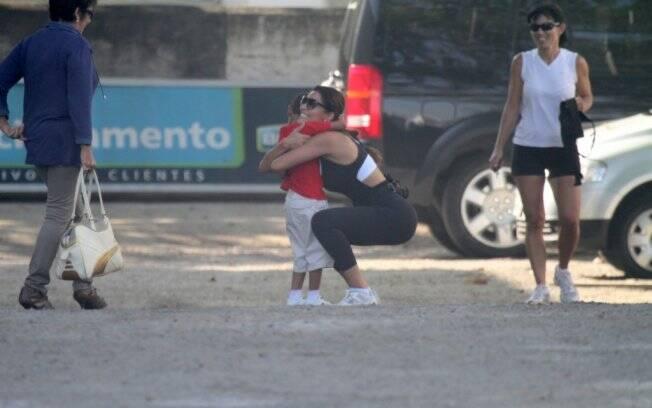 Sorridente, Juliana Paes fez questão de parar para abraçar um fã que a chamou