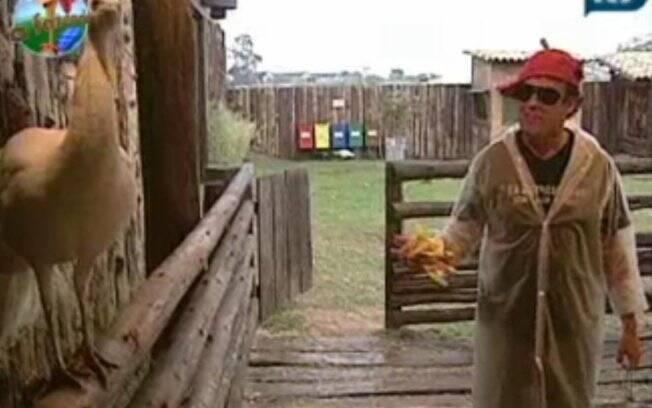 Serginho Malandro dá bom dia aos animais da Fazenda