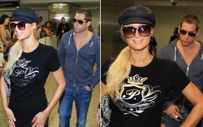 Paris Hilton e o namorado Cy Waits ao fundo
