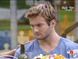Wesley fica sério ao voltar do Quarto Jujuba e logo deixa os confinados sozinhos novamente
