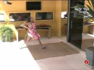 Michelly corre para buscar as panelas