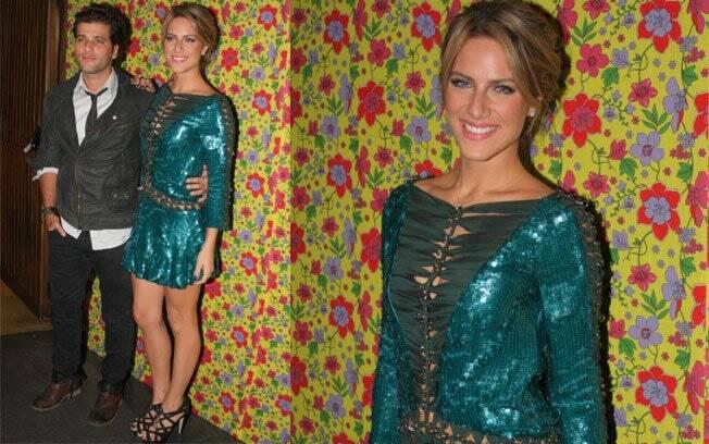 Para acompanhar o marido, Bruno Gagliasso, Giovanna Ewbank tirou do guarda-roupa um minivestido inteiro bordado