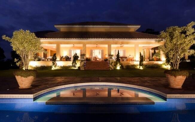 A iluminação valoriza cada detalhe do jardim e da construção