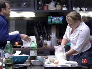 Daniel ensinou Paulinha a cozinhar e perguntou sobre o voto dela