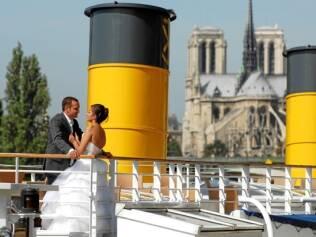 Casamento a bordo de um iate no Rio Sena