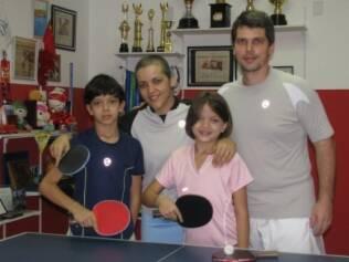 Com os filhos Lucas, 11 anos, Lethicia, 8, e o segundo marido, Joachim Gögel