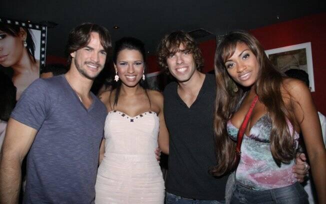 Ariadna com os amigos Rodrigo, Jaqueline e Mau Mau