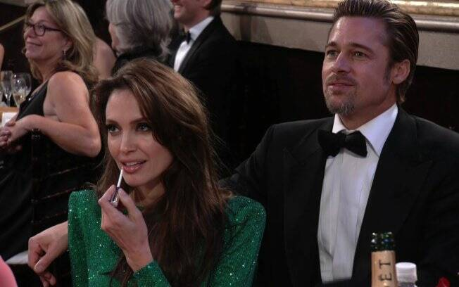 Angelina aproveita para retocar a maquiagem