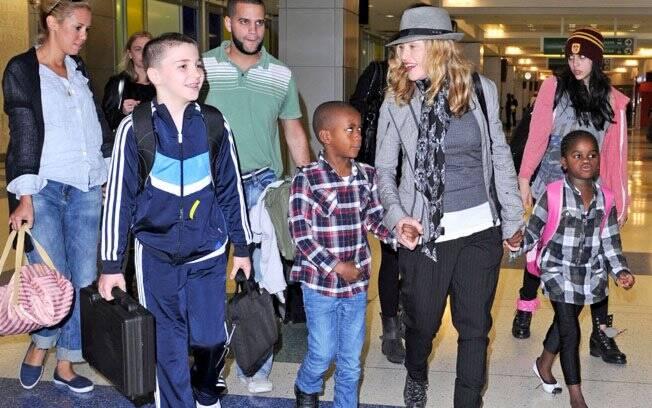 Madonna com os filhos Rocco, David Banda, Mercy James e Lourdes