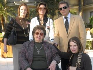 Yolanda Figueiredo (sentada) ao lado de Angelo Derenze, Clarisse Reade (agachada),Cristina Ferraz e Silvana Lorenzi