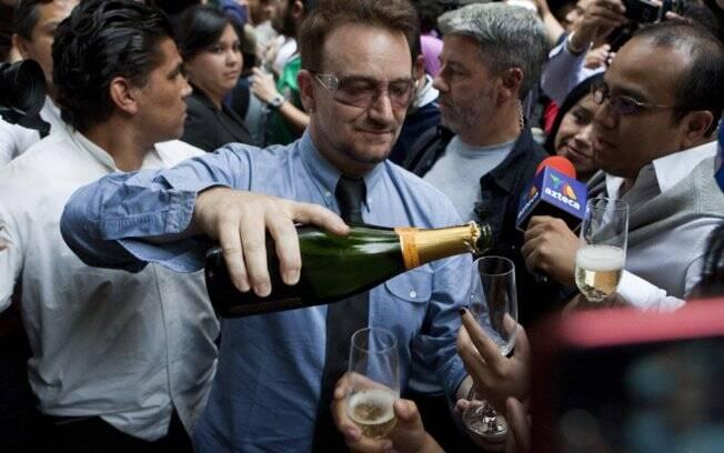 Bono celebrou seu aniversário com um bolo e champanhe na Cidade do México