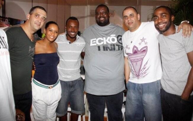 Casal cumprimenta o grupo Exaltasamba depois do show