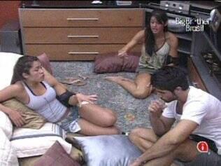 Talula e Rodrigão discordam da insistência de Maria com Maurício