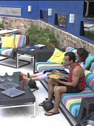Maria e Daniel almoçam na área externa da casa