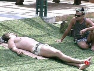 Daniel e Wesley conversam no jardim
