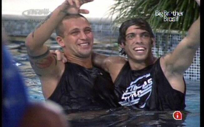 Assim que souberam que estavam no Paredão, Maurício e Diogo pularam na piscina
