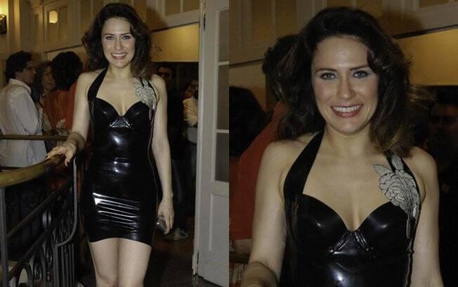 A atriz Raquel Ripani exagerou ao escolher um vestido justo, decotado, curto e de vinil: muita informação em uma roupa só. A aplicação da flor também não ajudou