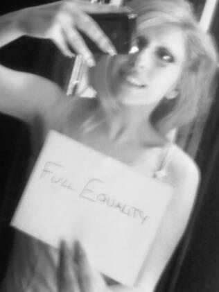 Lady Gaga postou no Twitter foto para comemorar liberação de gays no exército americano