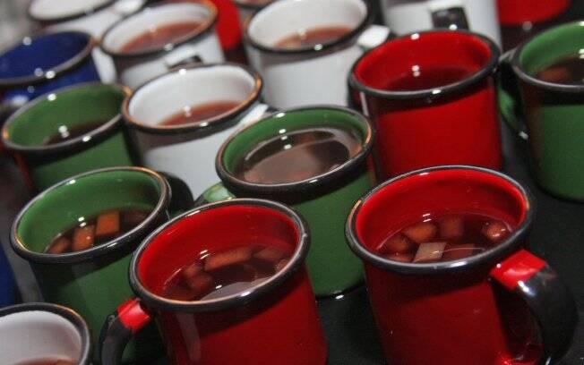 Vinho quente fica muito mais charmoso se servido em canequinhas de ágata