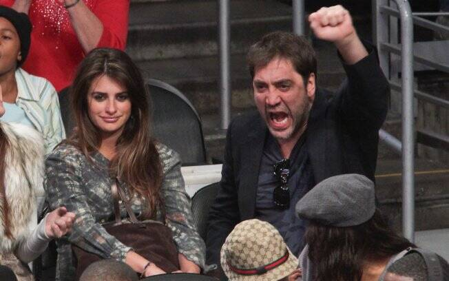 Ao lado de Penélope Cruz, Javier Bardem vibra durante a partida do Los Angeles Lakers e Miami Heat