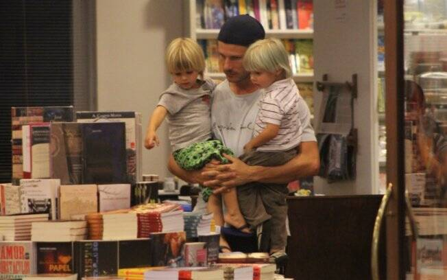 Rodrigo Hilbert passeia com os filhos em shopping