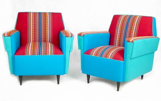 Se não for possível mudar o estofado dos sofás, invista em capas e almofadas