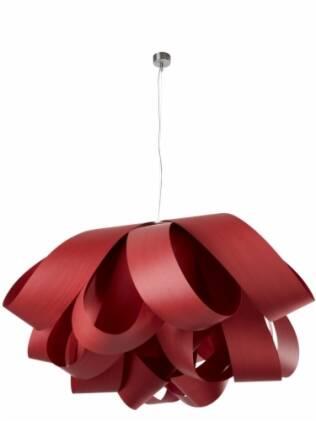 Feita com fitas de madeira, a luminária surpreende com seu volume suave