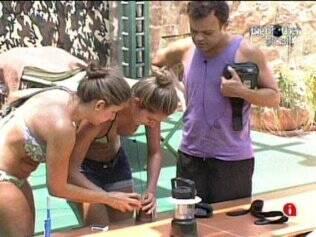 Natália e Daniel ensinam Adriana a usar abridor de latas